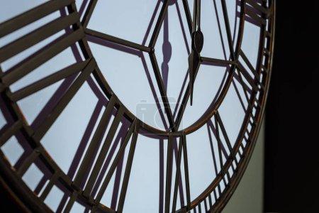 Photo pour Grand mur vintage horloge dans la salle moderne - image libre de droit