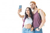 heureux couple de touristes prenant selfie sur smartphone, isolé sur blanc