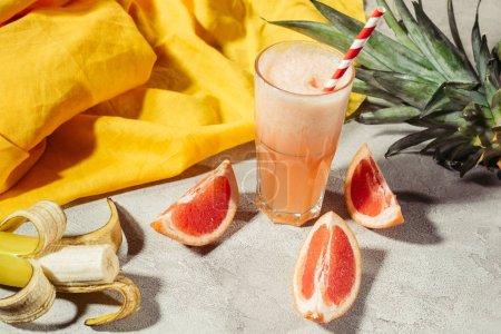 Photo pour Jus frais dans le verre par des ingrédients de fruits sur la table - image libre de droit