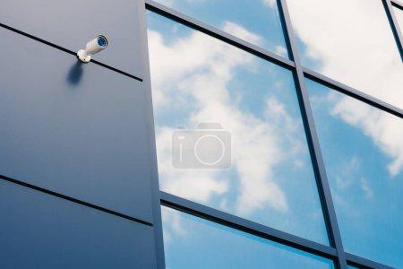 Façade en verre de bureaux moderne avec caméra de sécurité