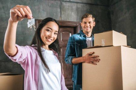 Photo pour Beau couple interracial emménager dans une nouvelle maison - image libre de droit
