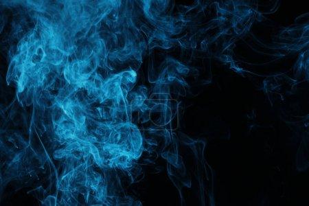 Photo pour Vapeur bleue sur fond noir avec espace de copie - image libre de droit