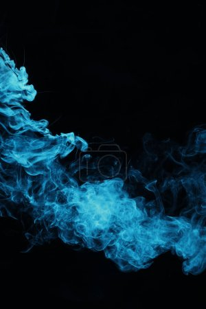 Photo pour Fumée spirituelle bleue sur fond noir - image libre de droit
