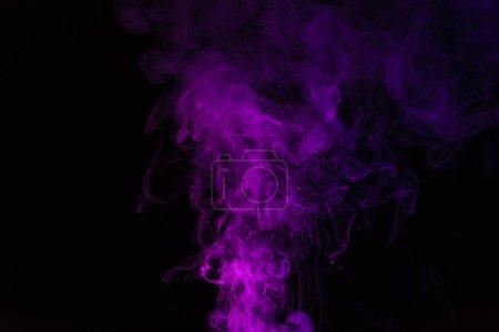 Photo pour Spirituelle tourbillon fumeux rose sur fond noir - image libre de droit