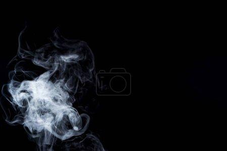 Photo pour Fond créatif avec tourbillon fumé gris sur noir avec espace de copie - image libre de droit