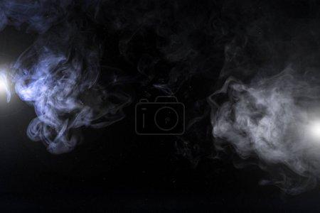Photo pour Tourbillons fumés gris et lumières sur fond noir avec espace de copie - image libre de droit