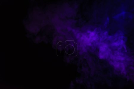 Photo pour Création fond noir avec fumée pourpre - image libre de droit