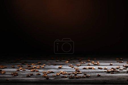 Photo pour Table en bois rustique renversé avec des grains de café sur fond noir - image libre de droit