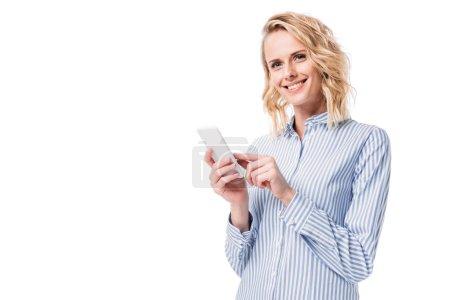 Photo pour Femme séduisante souriante tenant smartphone isolé sur blanc - image libre de droit