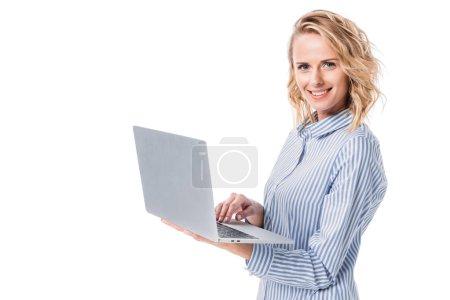 Photo pour Attrayant femme tenant ordinateur portable isolé sur blanc - image libre de droit