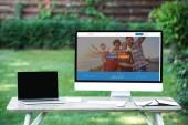 mise au point sélective d'ordinateur portable avec ordinateur écran blanc avec le site de couchsurfing à table à l'extérieur