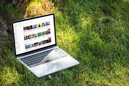 Photo pour Gros plan vue d'ordinateur portable avec le site d'youtube sur l'herbe en plein air - image libre de droit