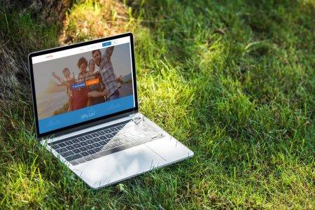 Photo pour Gros plan vue d'ordinateur portable avec le site couchsurfing sur l'herbe en plein air - image libre de droit