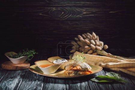 Foto de Composición de los alimentos de samosas de pasta filo rellena con espinaca y paneer decorado con semillas germinadas de alfalfa y girasol - Imagen libre de derechos