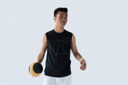 Photo pour Jeune sportif asiatique avec médecine-ball isolé sur fond gris - image libre de droit