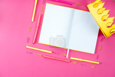 Photo pour Vue de dessus du blanc cahier ouvert avec appareils et couronne de papier rose - image libre de droit