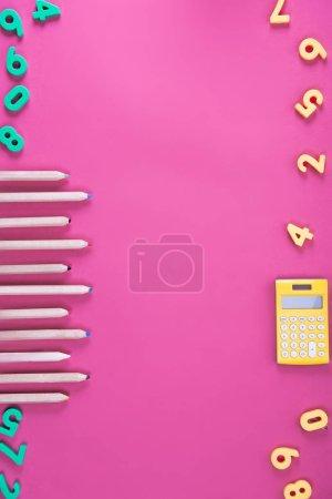 Photo pour Lay plat avec disposés divers appareils école Rose - image libre de droit