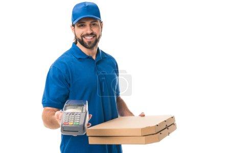 Photo pour Heureux livreur de boîtes à pizza et terminal de paiement isolé sur blanc - image libre de droit