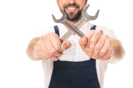 Photo pour Vue rapprochée du réparateur souriant tenant les clés isolés sur blanc - image libre de droit