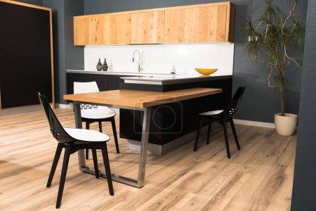 Photo pour Intérieur de cuisine propre lumière moderne avec un mobilier confortable et de plante en pot - image libre de droit