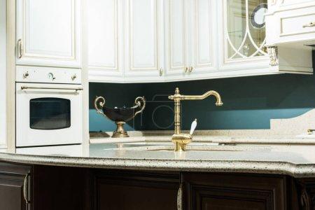 Photo pour Intérieur de cuisine moderne de style baroque avec robinet et four - image libre de droit