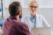patient ayant rendez-vous avec un physiothérapeute en lunettes de vue à l'hôpital