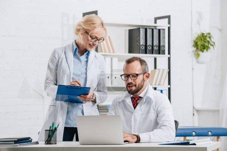 Photo pour Portrait de physiothérapeutes en blouse blanche et lunettes travaillant en clinique - image libre de droit