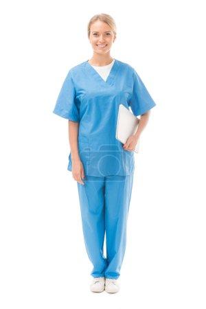 glücklich junge Krankenschwester mit Laptop Blick auf Kamera isoliert auf weiß