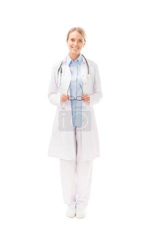 Photo pour Belle jeune femme médecin en blouse blanche, regardant la caméra isolé sur blanc - image libre de droit
