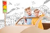 """Постер, картина, фотообои """"братьев и сестер, играя с картонной автомобиль и светофоров в городе обращается с птицами"""""""
