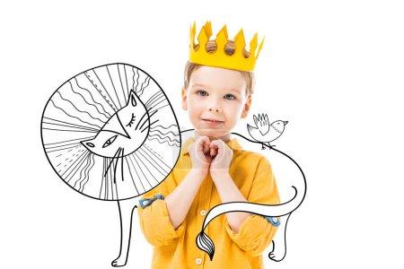 Photo pour Adorable garçon en couronne jaune avec s'il vous plaît geste, isolé sur blanc avec lion dessiné et oiseau - image libre de droit