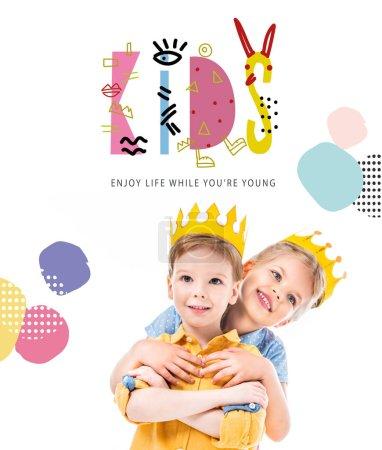 """Photo pour Soeur étreignant frère, enfants en couronnes de papier jaune, isolé sur blanc avec """"enfants - profiter de la vie pendant que vous êtes jeune"""" lettrage - image libre de droit"""