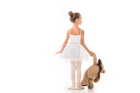 Photo pour Vue arrière de la petite ballerine en tutu pratique avec des ours en peluche isolé sur fond blanc - image libre de droit