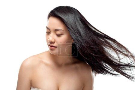 Foto de Retrato de atractivo modelo asiático con pelo fuerte y sano posando aislado en blanco - Imagen libre de derechos