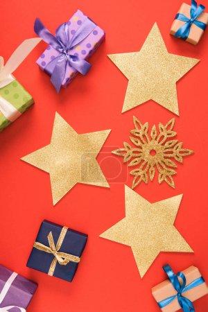 Foto de Vista superior de la Navidad, copo de nieve decorativo y estrellas doradas presenta en rojo - Imagen libre de derechos