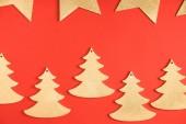 vue de dessus des sapins arbres symboles et les étoiles d'or sur fond rouge