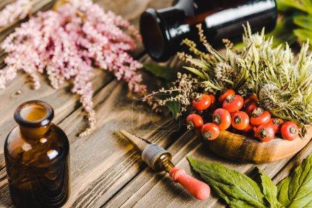 Photo pour Bocaux en verre et fleurs sur le concept de médecine en bois table, remplacement de l'homéopathie - image libre de droit