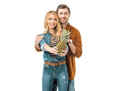 Photo pour Homme embrassant petite amie alors qu'elle montrant ananas isolé sur blanc souriant - image libre de droit