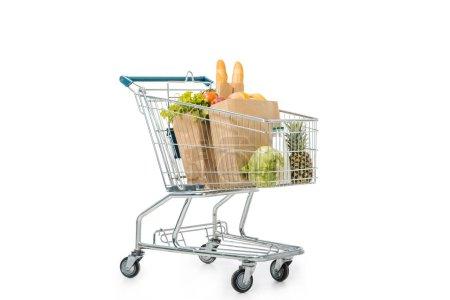 sacs en papier pleins de produits dans chariot isolé sur blanc