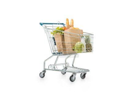 chariot avec des sacs en papier remplis de produits isolés sur blanc