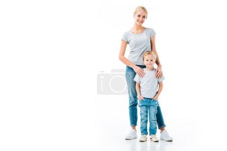 Photo pour Jolie mère et son petit fils portant des jeans en denim et des T-shirts gris isolés sur blanc - image libre de droit