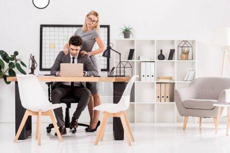 femme d'affaires faisant massage à collègue de travail au bureau, bureau romance concept