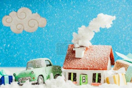 Foto de Primer tiro del coche miniatura con regalos de Navidad y la casa cubierto de nieve - Imagen libre de derechos