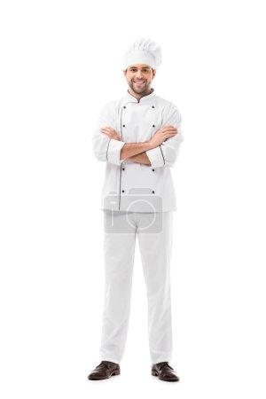 Photo pour Heureux jeune chef avec les bras croisés regardant caméra isolé sur blanc - image libre de droit
