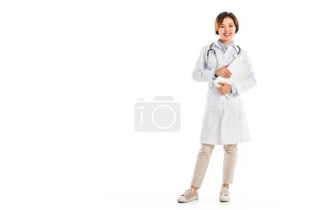 Photo pour Sourire de femme médecin en regardant la caméra, debout et tenant diagnostic isolé sur blanc - image libre de droit