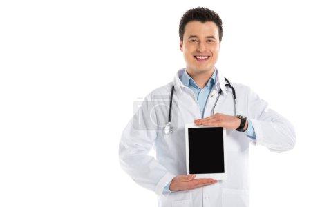 Photo pour Médecin de sexe masculin souriant présentant la tablette numérique avec écran blanc isolé sur blanc - image libre de droit