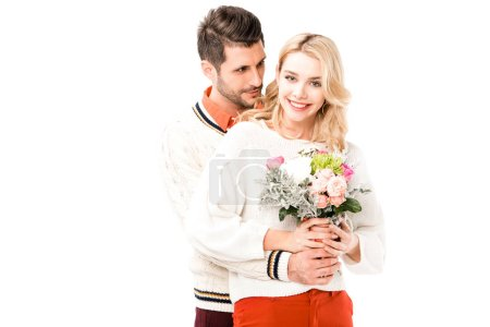 Foto de Hombre guapo abrazos girlfiend hermoso con flores aisladas en blanco - Imagen libre de derechos