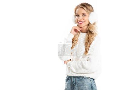 Photo pour Belle jeune femme en hiver cache-oreilles et chandail isolé sur blanc heureux - image libre de droit