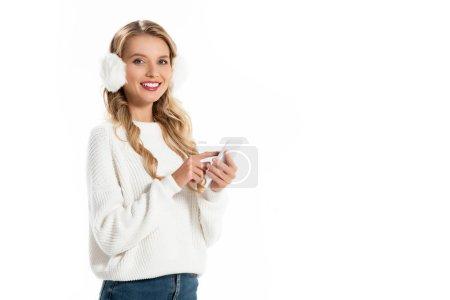 Photo pour Jolie fille souriante en coquilles à l'aide de smartphone isolé sur blanc - image libre de droit