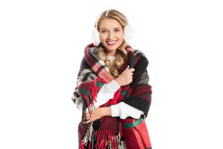 Photo pour Heureux jeune femme cache-oreilles et couverture chaude isolé sur blanc - image libre de droit